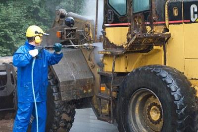 Baumaschinen professionell reinigen und entrosten