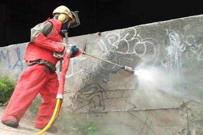Beton für die Sanierung mit Hochdruck abtragen oder aufrauen