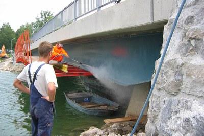 Brücken mit Höchstdruck für die Sanierung vorbereiten