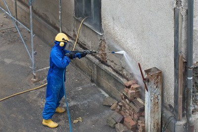 Fassaden für die Sanierung mit Hochdruck vorbereiten