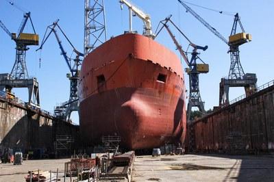 Schiffe an Land & auf See mit Hochdruck reinigen, entrosten & entlacken